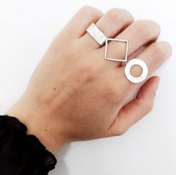кольца геометрической формы на руке у девушки