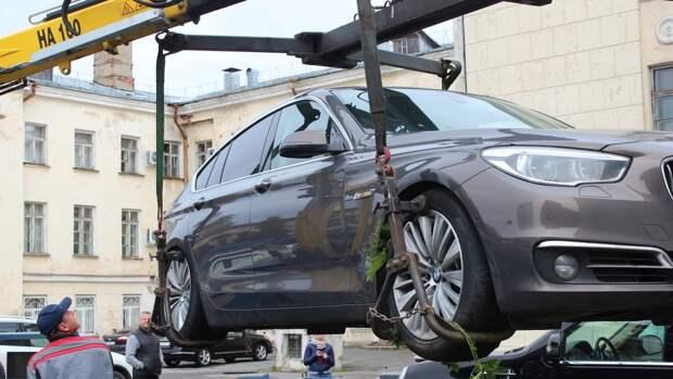 Дептранс Москвы вывез на спецстоянки около тысячи люксовых авто в марте