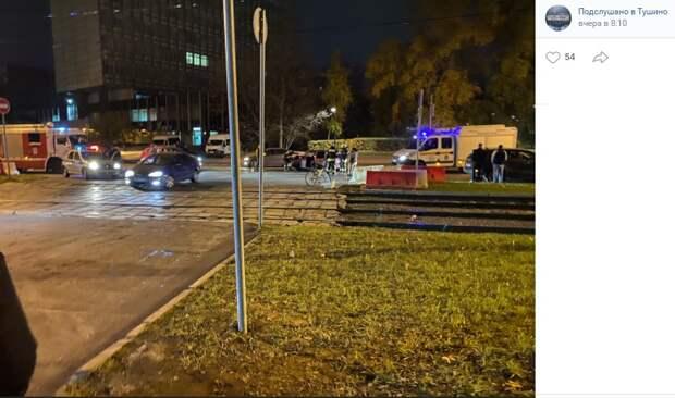 Два автомобиля не поделили трамвайные пути на улице Героев Панфиловцев
