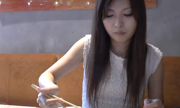 Японка пришла в ресторан и попробовала русские суши