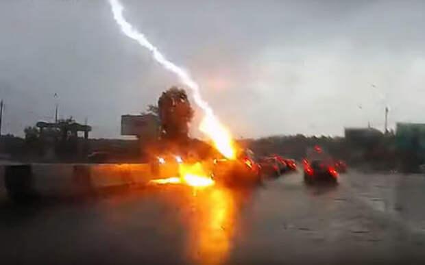 Вот так молния бьет в автомобиль на трассе