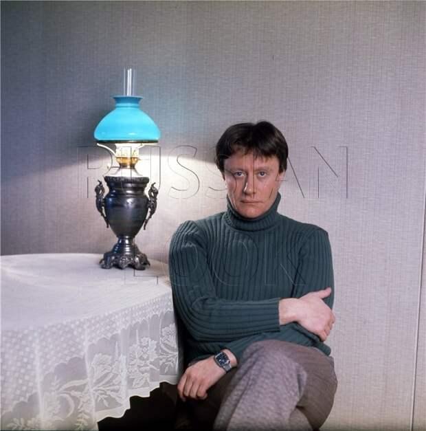 Великий советский актер Андрей Миронов в домашней обстановке.