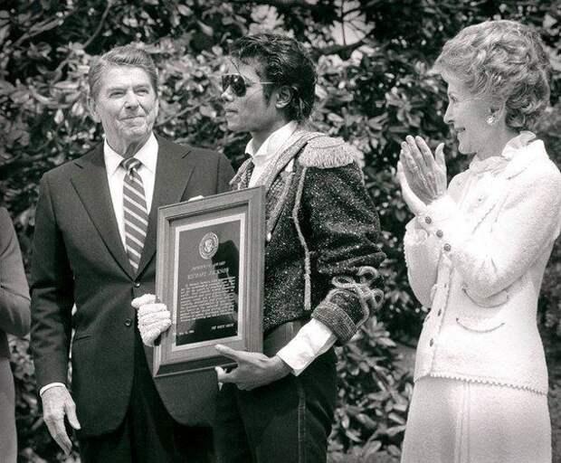 Май 1984 года, Джeксон принимает награду от президента США Рейгана в Белом домe