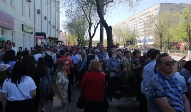 Оренбуржцы взобрались наокна Минфина, чтобы посмотреть парад Победы