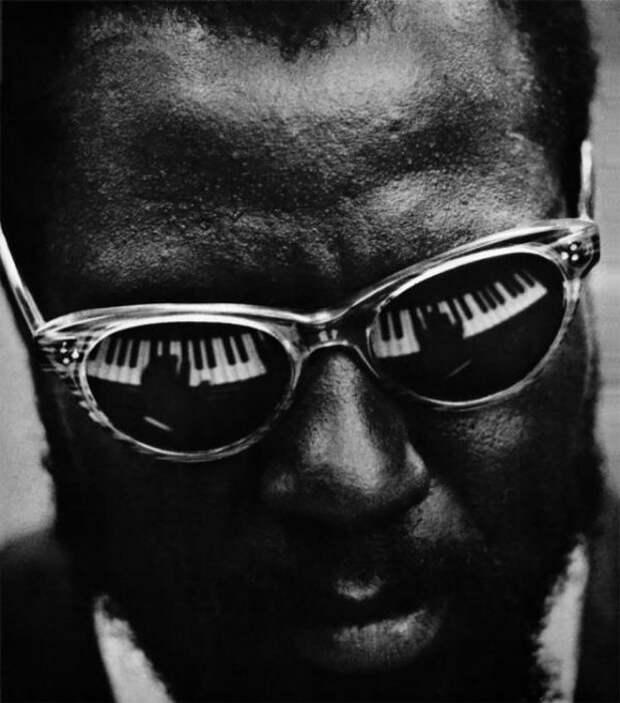 Портретный снимок американского джазового пианиста и композитора в 1959 году.