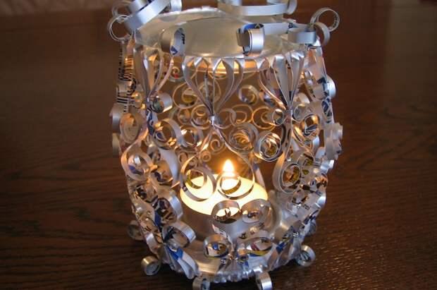 Крутое решение декорировать свечу при помощи необыкновенного подсвечника, который выполнен из металла.