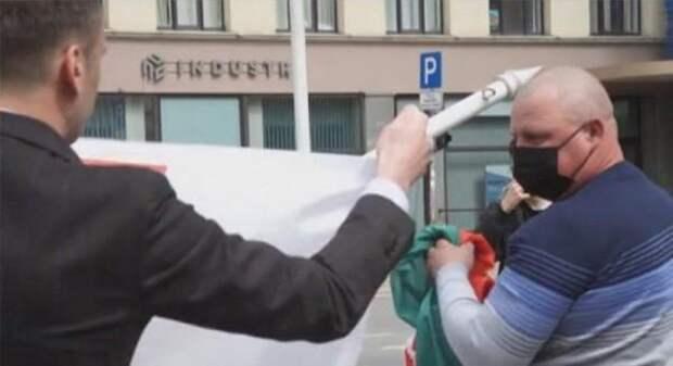 Осквернением флага Белоруссии в Риге руководил сотрудник посольства США