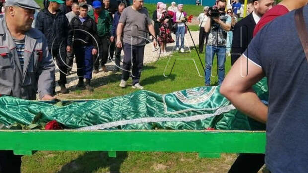 Жители Казани простились с закрывшей собой школьников учительницей