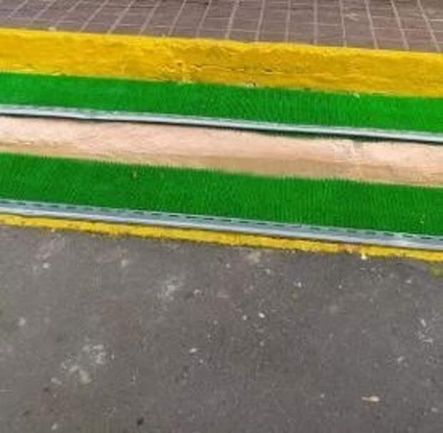 Антигололедное покрытие постелили на лестнице перед подъездом дома на 9-й Северной линии