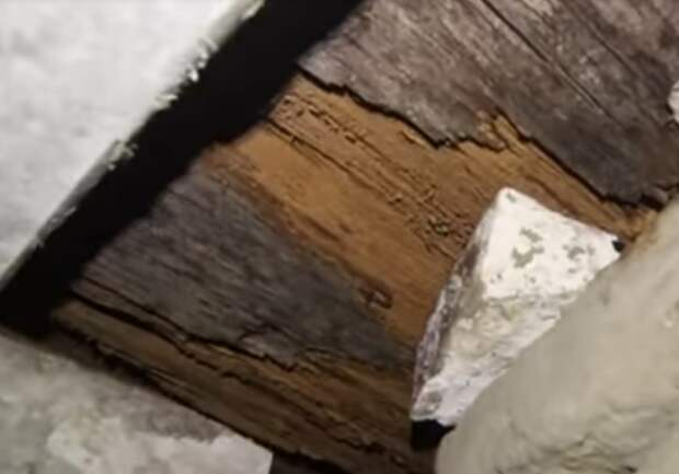 Черная пирамида Аменемхета III. Гнилые брёвна перекрытий