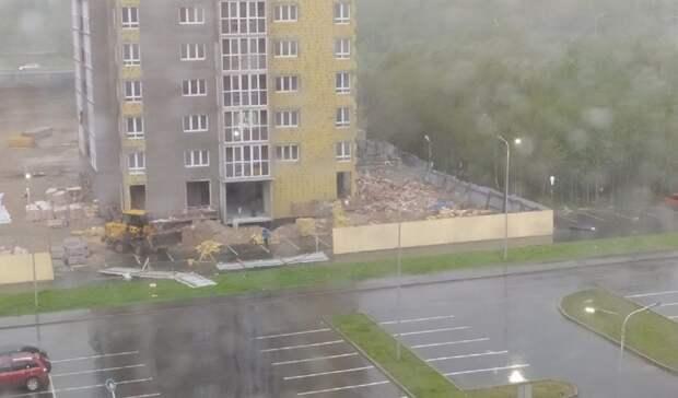 В Тобольске штормовой ветер срывал с домов крыши и валил деревья