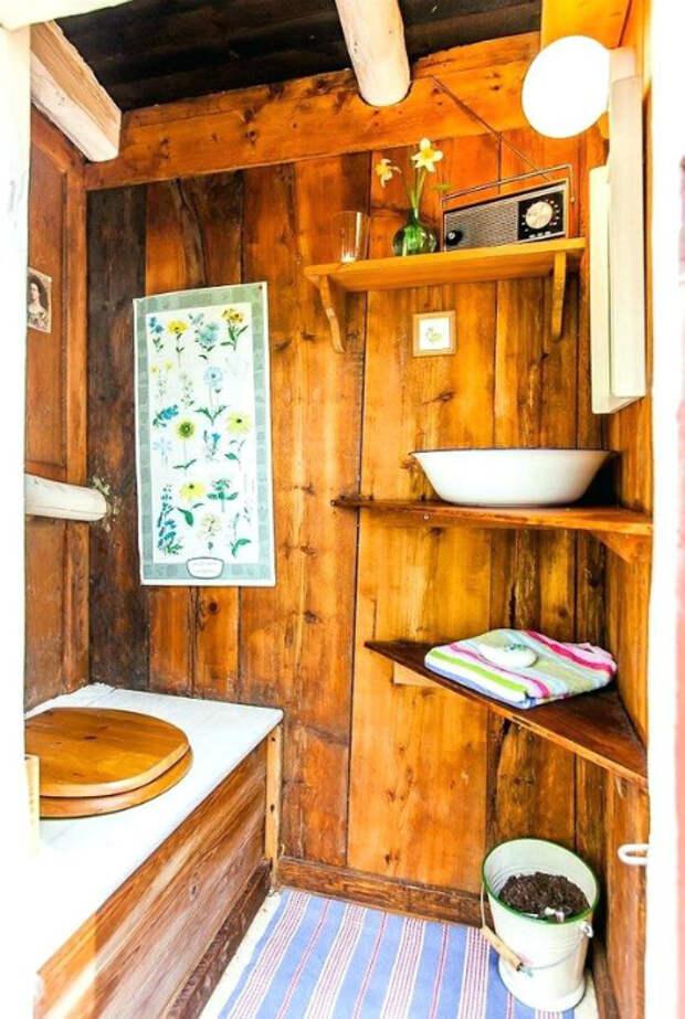 Деревянный туалет с полочками. | Фото: Anternet.pw.