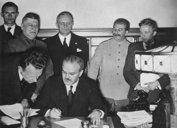 Подписание пакта Молотова — РиббентропаФото: © wikipedia.org
