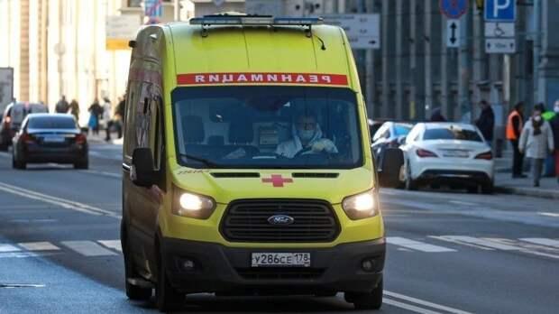 Герой дня: петербуржец намотоцикле расчистил загруженную дорогу для скорой— видео