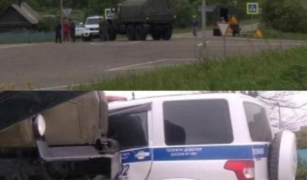 Непростое ДТП: полицейская машина ивоенный грузовик столкнулись вПриморье