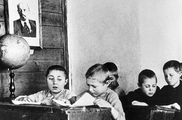 Мальчики — налево. Чем закончился гендерный эксперимент в советской школе