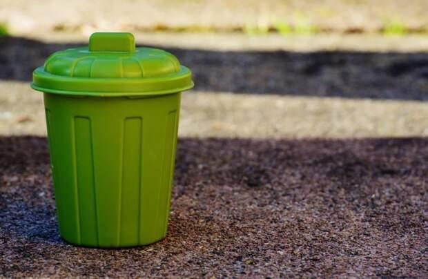 На Дегунинской улице очистили газон от мусора