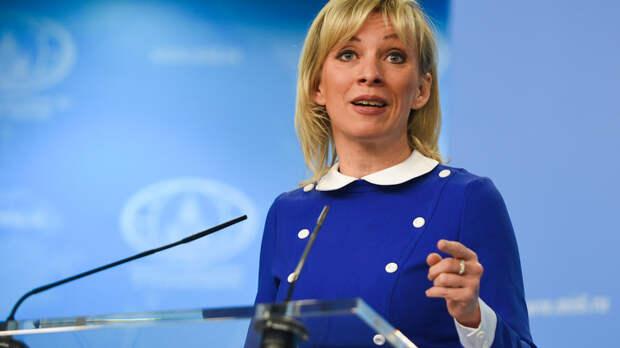 Захарова с иронией прокомментировала падение Байдена на трапе самолёта