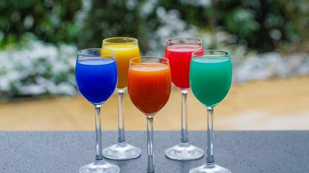 Эксперт рассказал о влиянии цвета напитка на организм человека