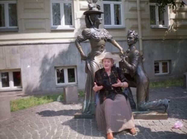 Актриса возле памятника главным героям фильма *За двумя зайцами* в Киеве | Фото: segodnya.ua