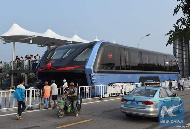 В Китае прошел испытания невероятный наддорожный автобус автобус, китай, общественный транспорт, пробки