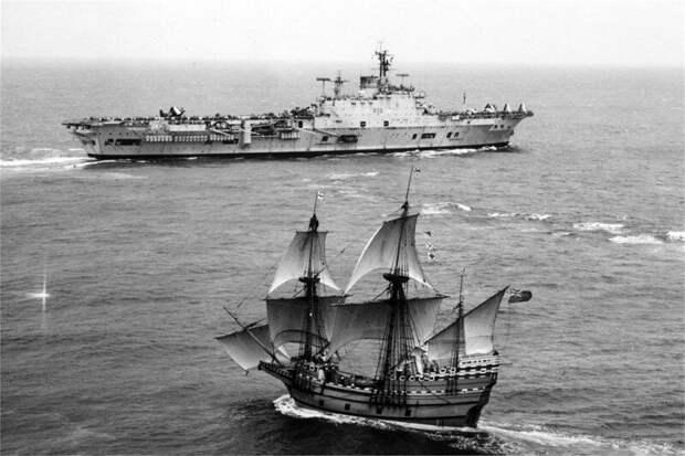 Встреча эпох - HMS Ark Royal R-09 и копия известного корабля Мэйфлауэр, 1957 год. история, ретро, фото