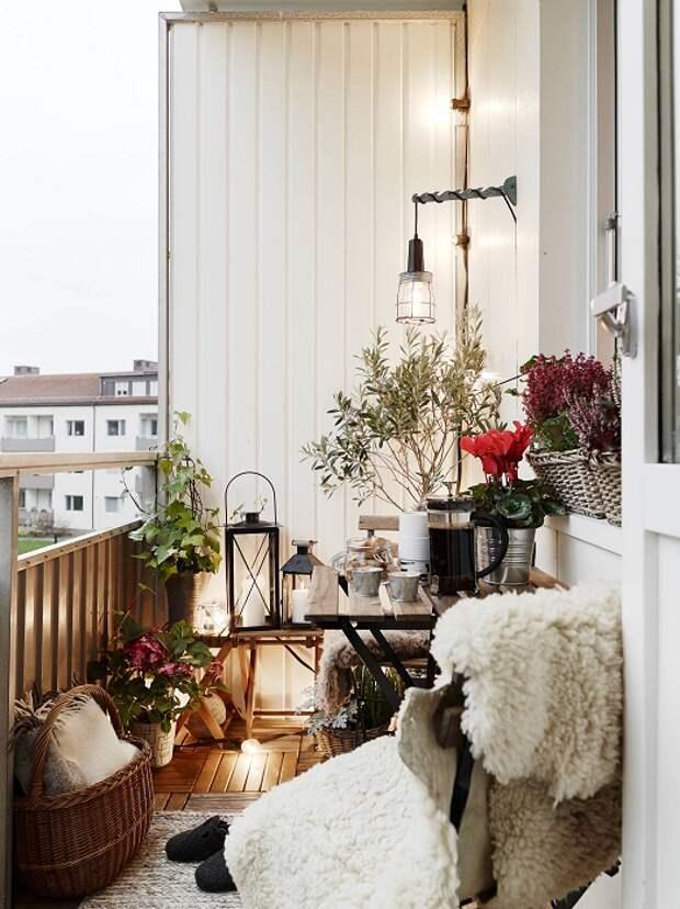 Отличное решение украсить и комфортно обустроить балкон с элементами, которые добавят теплоты и уюта.
