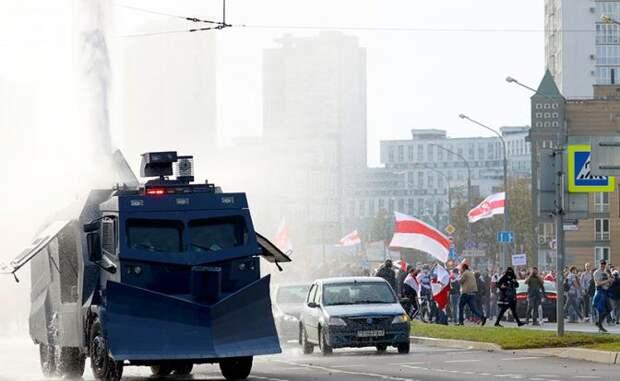 Лукашенко, кроме водомётов, спасут два надежных генерала