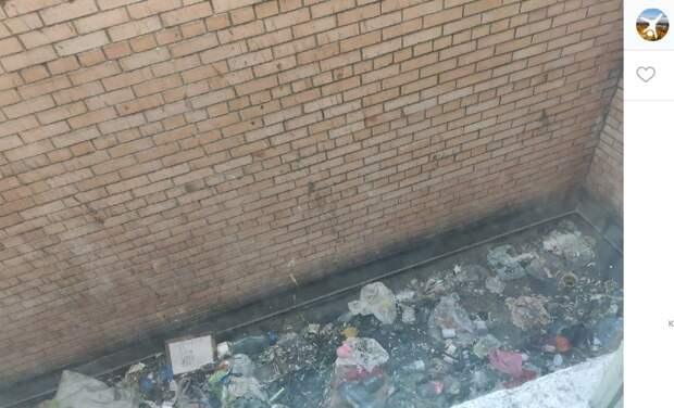 Горы мусора убрали с крыши подъезда дома на Братиславской