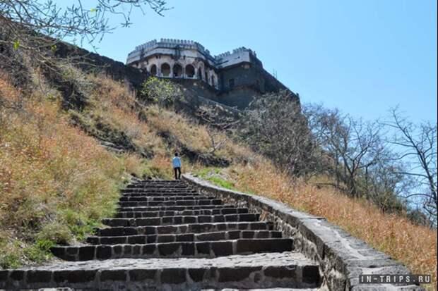 Дорога по склону во дворец Даулатабад. Источник https://in-trips.ru/blog/ekskursiya-v-daulatabad.html