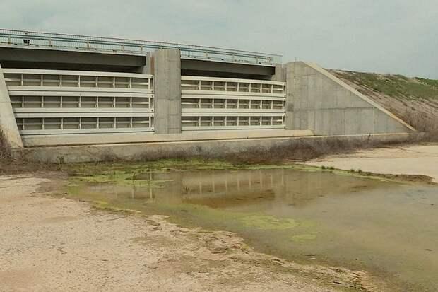 По Северо-Крымскому каналу потекла вода – дамба рушится