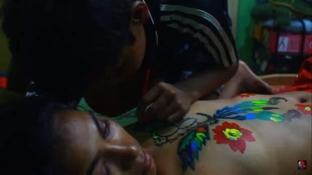 Мать изИндии арестовали зато, что она разрешала детям разрисовывать свое голое тело