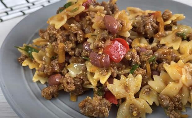 Вместо простой варки макарон тушим их на сковороде поверх мяса. Вкус пропитывает тесто насквозь