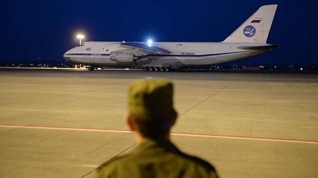 Военнослужащий наблюдает за посадкой военно-транспортного самолета Ан-124-100 «Руслан» ВКС РФ на аэродроме Кольцово