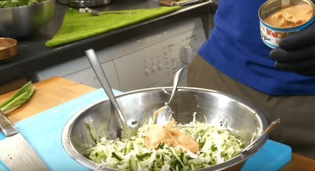Вы не представляете, каким вкусным может быть салат из капусты и огурца. А все дело в секретном ингредиенте
