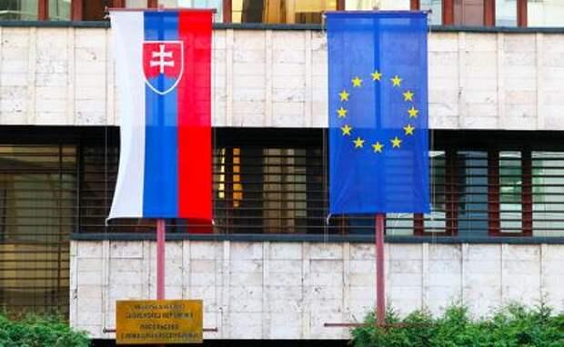 На фото: флаги на здании посольства Словакии на улице Юлиуса Фучика.