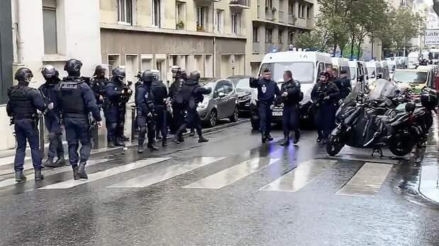 Мужчина с мачете напал на людей у бывшего здания Charlie Hebdo в Париже
