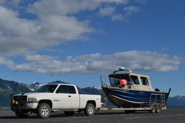Пикап с лодкой на прицепе - один из символов южной Аляски автомобили, аляска, анкоридж, горы, дороги, сша, сюард