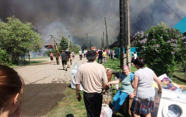 Огонь с горящего лесокомбината под Ульяновском перекинулся на жилые дома