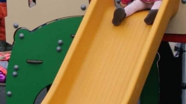 «Сложный перелом, мы в больнице»: ребенок рухнул вместе с горкой в детсаду в Самаре