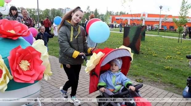 ФОТОФАКТ: Более 140 семей приняли участие в параде детских колясок в Бобруйске.
