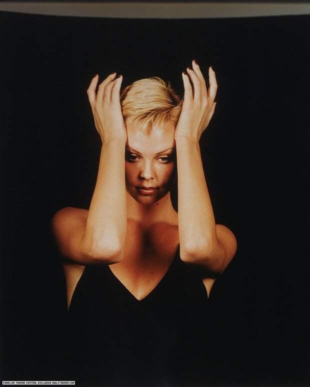 Шикарная Шарлиз Терон образца 1997 года.