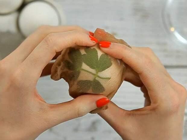 Как покрасить пасхальные яйца в чулках и получить необычные узоры? Пошаговое фото и видео