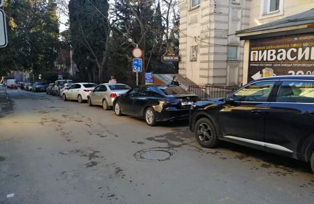 Улицы Ялты во время праздников превратились в парковки