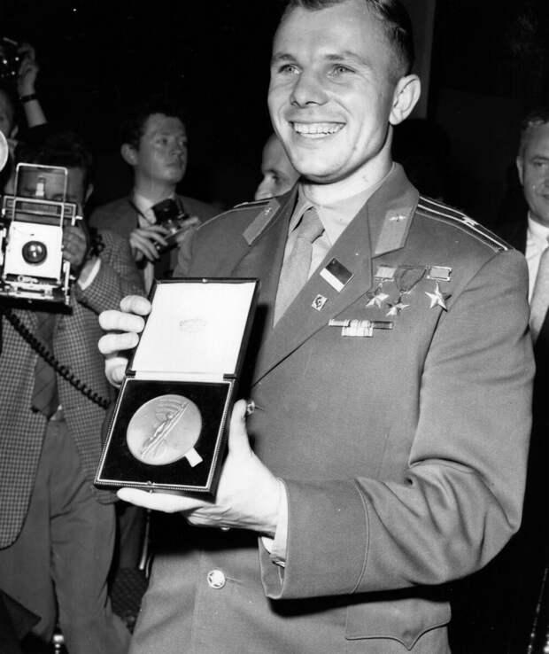Мистер Хрущев, где вы смогли найти такого обаятельного парня-космонавта?