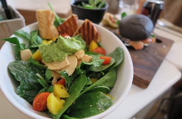 Еда для поднятия настроения: орехи, ягоды и грибы