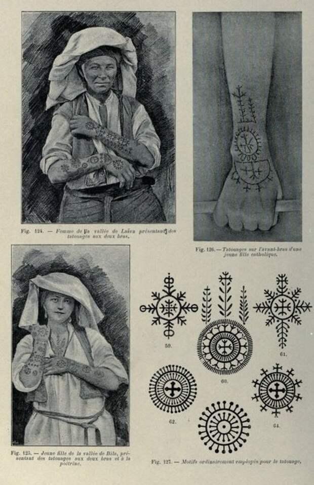 Женщины носили на себе татуировку, которая заменяет микрочип с личными данными из антиутопий.
