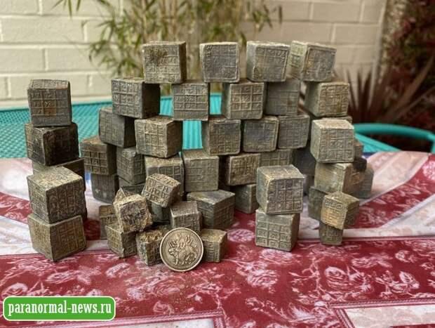 Британец вытащил из реки 60 странных свинцовых кубика с иероглифами