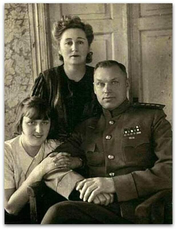 Константин Рокоссовский с женой Юлией и дочерью Ариадной.