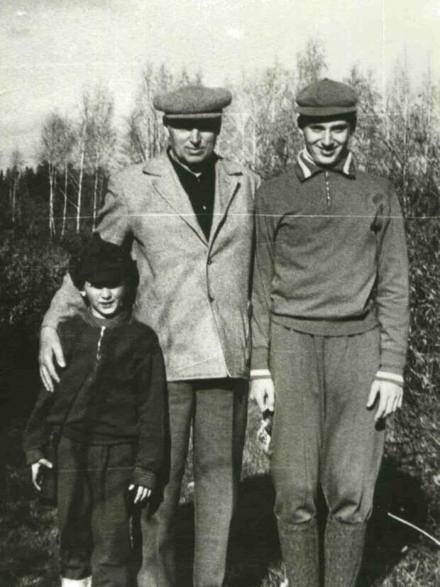 Константин Рокоссовский с внуками Костей и Павлом.